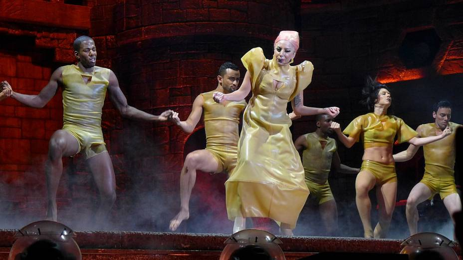 A cantora Lady Gaga apresentou vários figurinos durante o show em SP