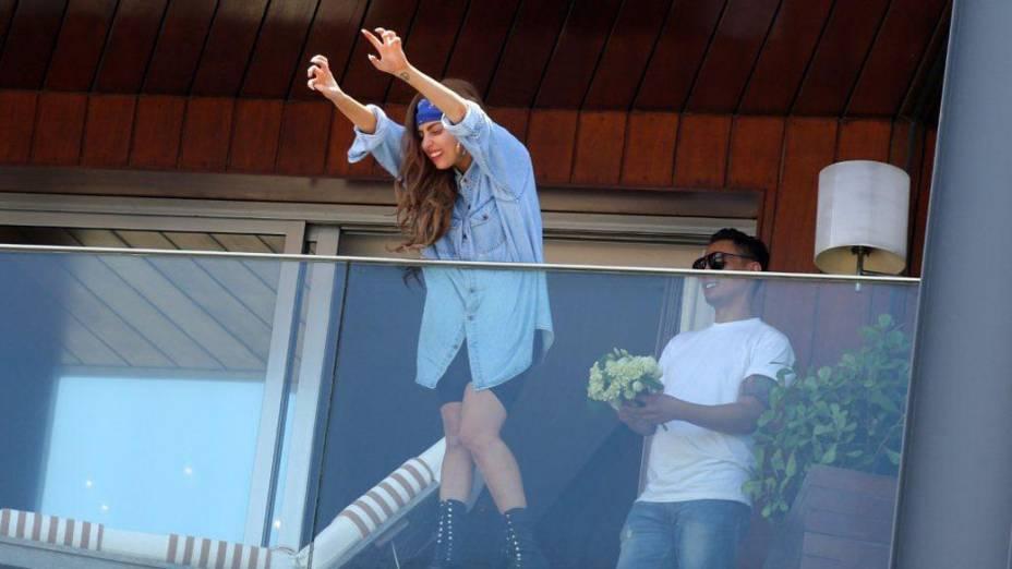 Lady Gaga na sacada do hotel, no Rio de Janeiro