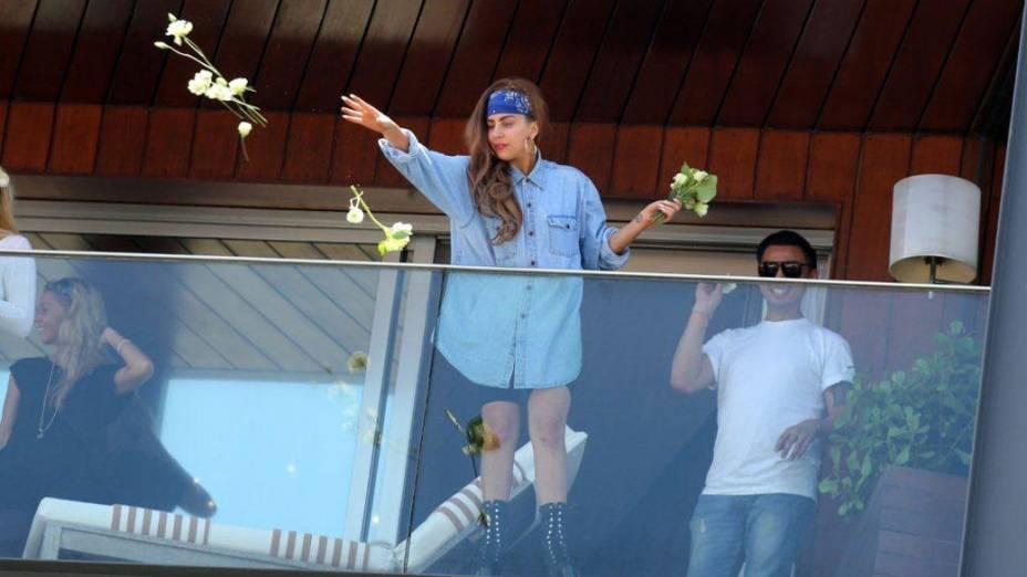 Lady Gaga joga flores para fãs da sacada do hotel, no Rio de Janeiro