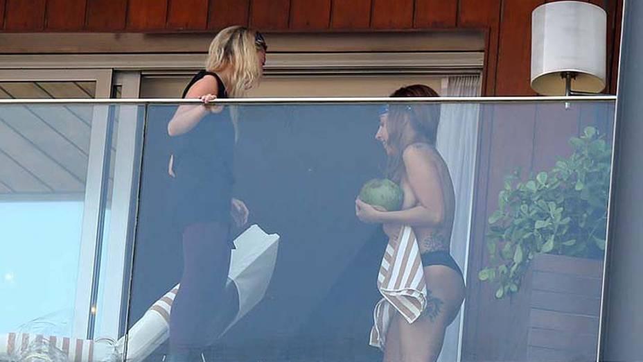 Lady Gaga em sacada de hotel sem a parte de cima do biquini, no Rio de Janeiro