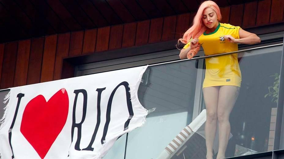 Lady Gaga na sacada do hotel Fasano em Ipanema, no Rio de Janeiro