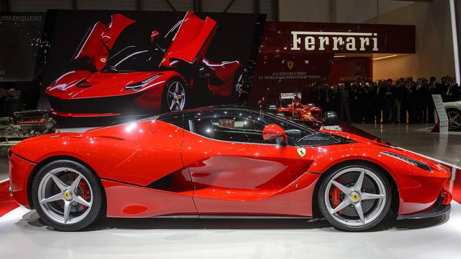 A Ferrari apresentou nesta terça-feira (05) em Genebra, na Suíça, seu primeiro modelo híbrido