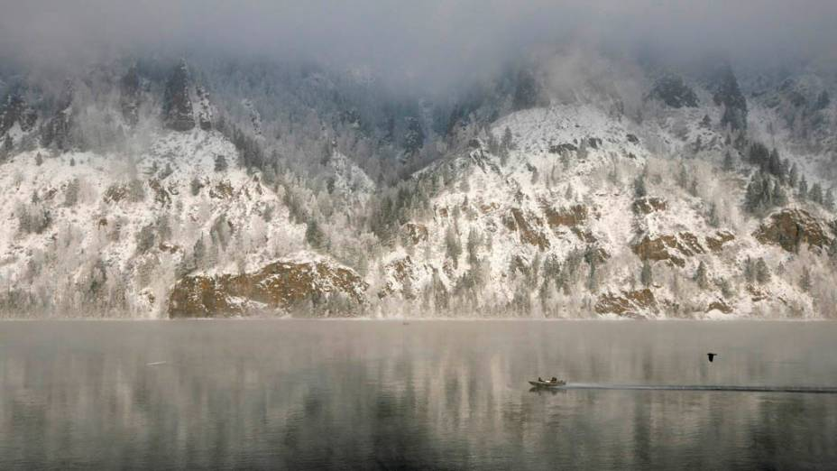 Barco de pescador navega pelo rio Yenisei sob nevoeiro em Krasnoyarsk, Rússia