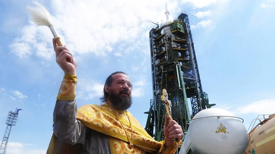 Um padre da igreja ortodoxa russa abençoa o foguete Soyuz TMA-04M, que deve ser lançado amanhã, com três astronautas
