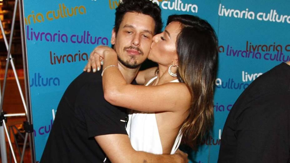 Sabrina Sato, do Pânico, beija o namorado, o humorista João Vicente de Castro, do Porta dos Fundos, no lançamento do livro do grupo de humor, em São Paulo<br>