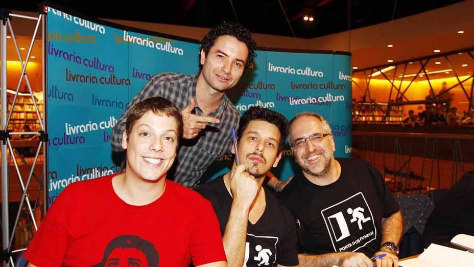 Marco Luque, do CQC, encontra os humoristas Fábio Porchat, João Vicente de Castro e Antonio Tabet, no lançamento do livro Porta dos Fundos