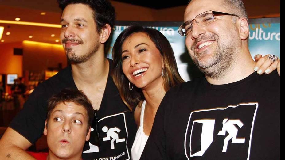 Os humoristas Fábio Porchat, João Vicente de Castro, Sabrina Sato e Antonio Tabet, no lançamento do livro Porta dos Fundos
