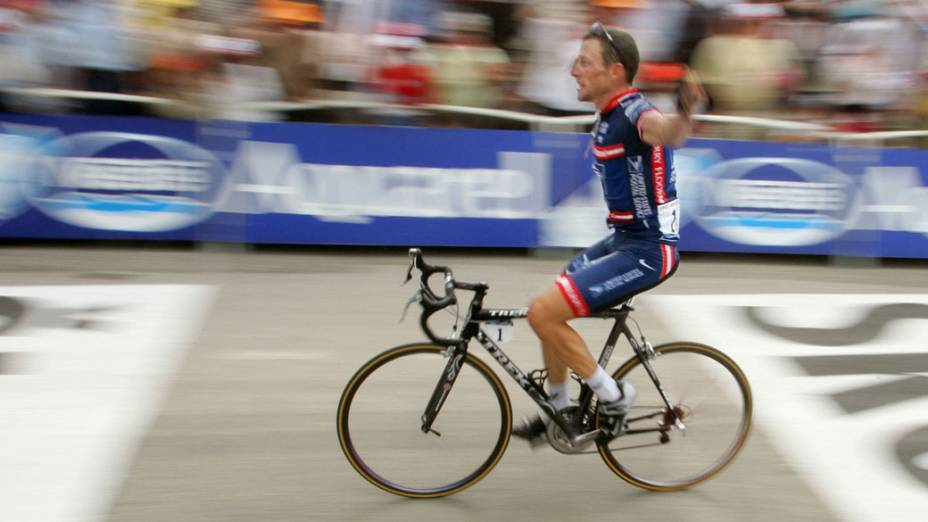 Lance Armstrong cruza a chegada e vence a 13ª etapa do Tour de France de 2004