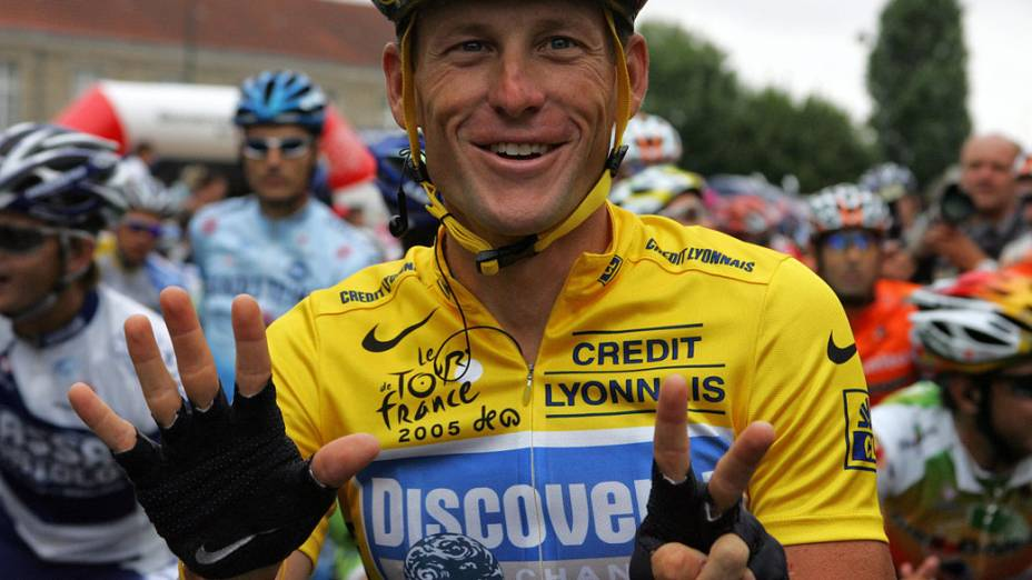 Lance Armstrong comemora sua 7ª vitória no Tour de France 2005 mostrando os 7 dedos