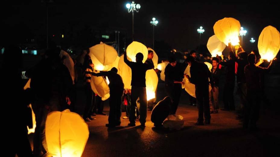 Ativistas do Partido Popular do Paquistão (PPP) acendem lanternas de papel no quarto aniversário da morte de ex-premier assassinada Benazir Bhutto em Islamabad, Paquistão