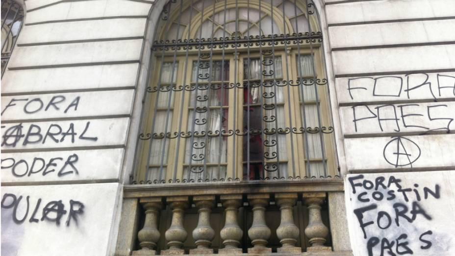 Lateral da Câmara está pichada com dizeres contra os governantes do Rio
