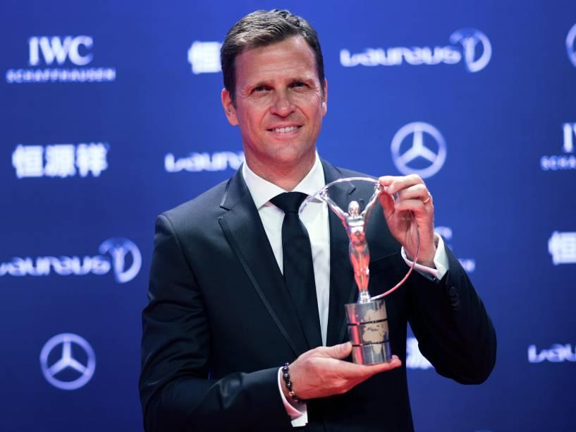 Oliver Bierhoff recebe o prêmio pela seleção alemã de futebol, que foi eleita melhor equipe do ano