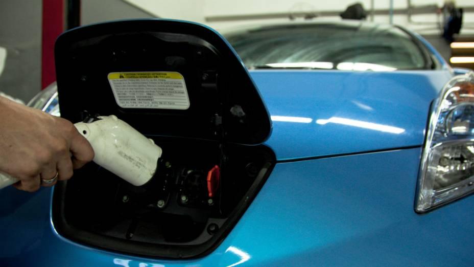 Abastecendo o Nissan Leaf: carga de 100% da bateria em oito horas, ou carga rápida parcial, em até meia hora