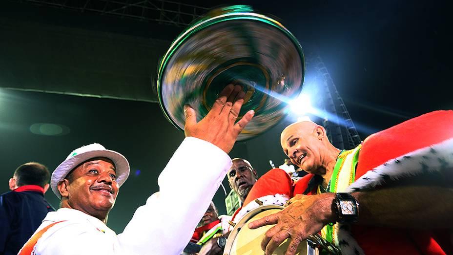A bateria da Leandro de Itaquera, em São Paulo, tem a rainha de bateria Vivi Brilho e a madrinha Andressa Urach