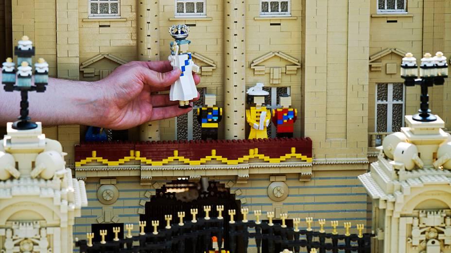 A rainha Elizabeth 2ª ganhou um boneco de lego de 10 cm em homenagem à comemoração de seu jubileu de diamante, exposto no parque Legoland, em Windsor, na Inglaterra