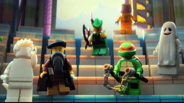 Michelangelo (Pintor) e Michelangelo (Tartaruga Nija) em cena do filme The Lego Movie