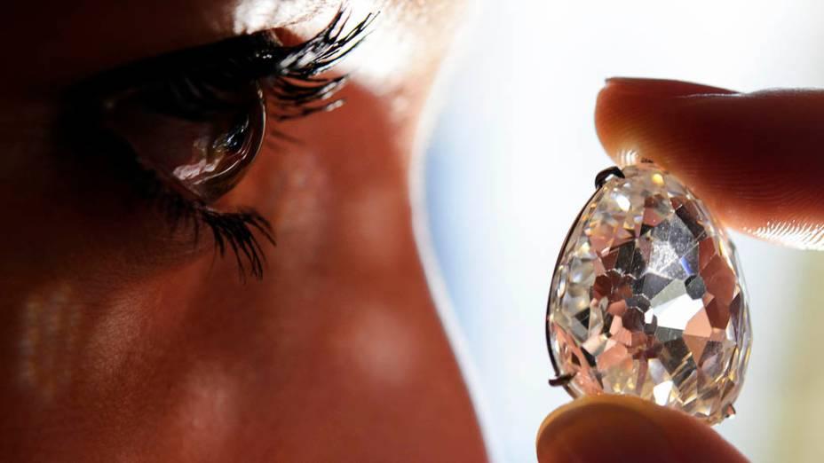 Joias pertencentes a bilionária Lily Safra podem alcançar mais de US$ 20 milhões em um leilão beneficente marcado para maio, que ajudará 20 entidades beneficentes; o diamante da foto está avaliado em US$ 4 milhões