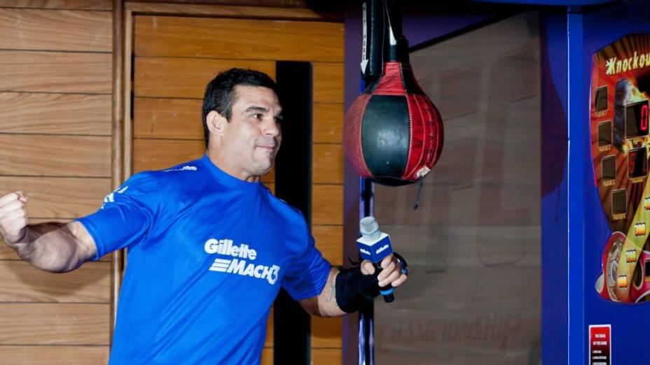 Lesionado, Vitor Belfort está treinando sem forçar a mão esquerda