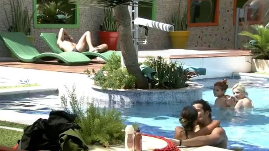 Letícia e Junior se beijam na piscina do BBB14; próximo do casal, Marcelo tenta não olhar