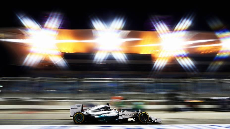 Lewis Hamilton é o mais rápido em treino noturno no Bahrein, nesta sexta-feira (04)<br><br>
