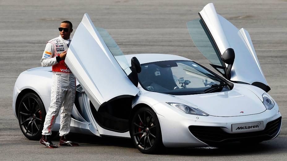 Às vésperas do Grande Prêmio de Cingapura, britânico Lewis Hamilton participa de evento da McLaren no autódromo