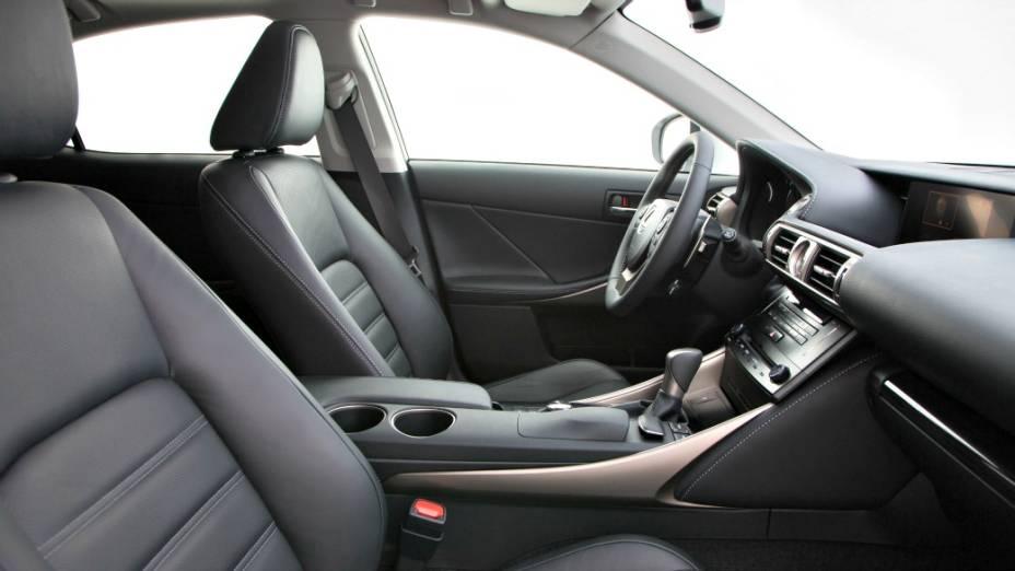 O sedã IS 250 vem com um motor V6 2.5 litros Dual VVT-i capaz de entregar 208 cv
