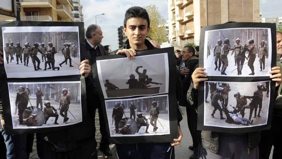 Libaneses protestam diante da embaixada de Egito, Líbano