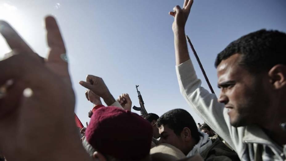 Protestos durante funeral de líbio que foi morto em confrontos com forças de Kadafi na cidade de Ajdabiya<br><br>