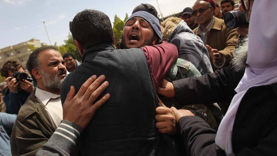 Protestos durante funeral de líbio que foi morto em confrontos com forças de Kadafi na cidade de Ajdabiya