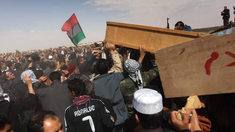Protestos durante funeral de líbios que foram mortos em confrontos com forças de Kadafi na cidade de Ajdabiya<br>