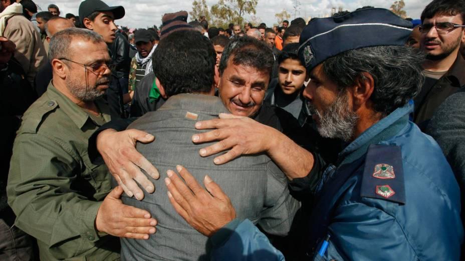 Líbios choram em funeral de rebelde morto por forças leais ao líder Muamar Kadafi, em Bengasi