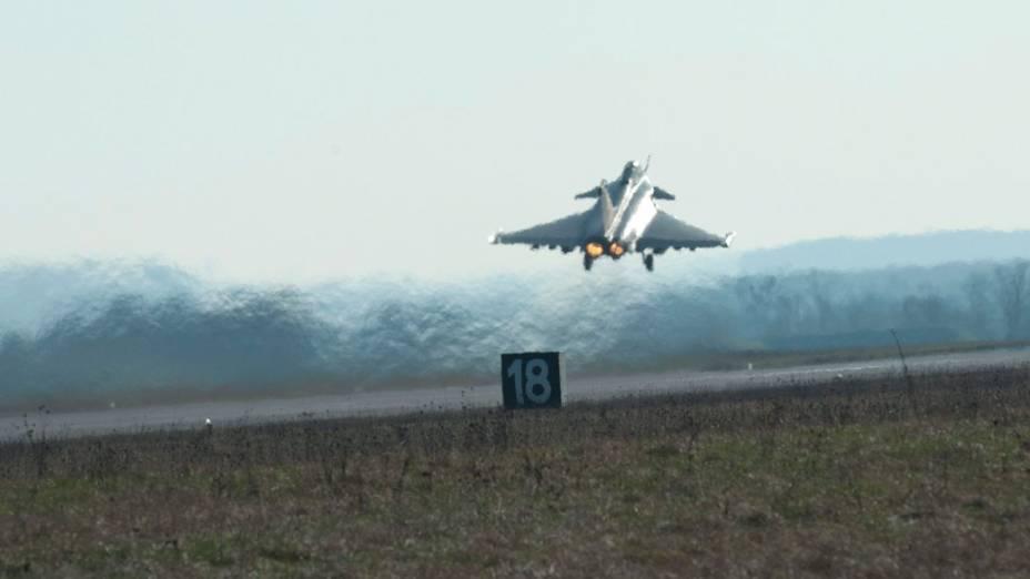Caça francês Rafale decola da base aérea em Saint Dizier, rumo a região líbia