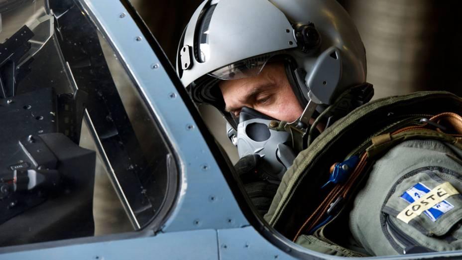 Piloto francês prepara-se para decolar com um dos caças Mirage da base aérea de Dijon, na França