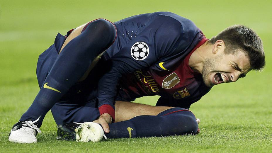 Gerard Piqué sente lesão durante a partida