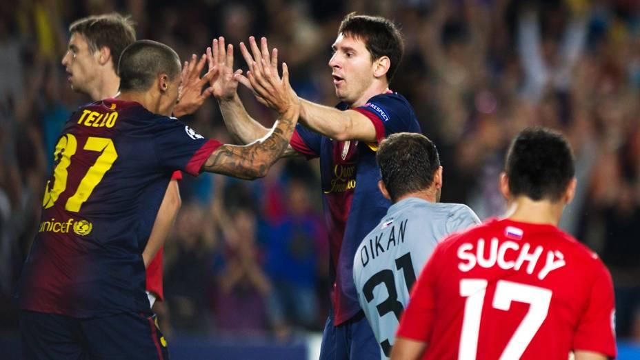 Jogadores do Barcelona comemoram gol sobre o Spartak Moscou em partida válida pela primeira rodada da Liga dos Campeões da UEFA