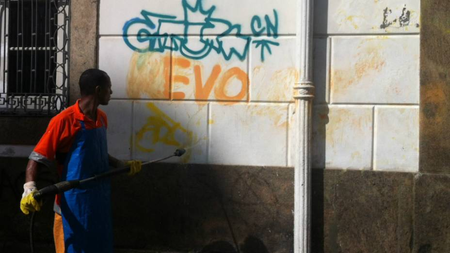 Empresa de limpeza do Rio apaga os dizeres pichados durante os protestos