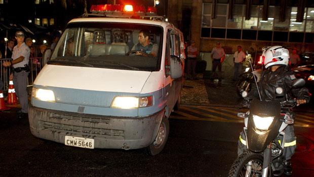 Carro da Secretaria de Administração Penitenciária deixa o Fórum de Santo André com Lindemberg Alves Fernandes, que está sendo julgado pelo assassinato de Eloá Pimentel, em outubro 2008