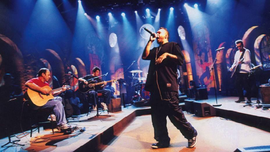 """Chorão, do conjunto Charlie Brown Jr., cantando no show """"Acústico MTV Charlie Brown Jr."""""""