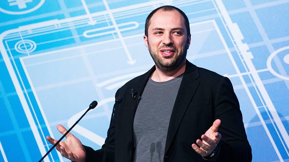 Jan Koum, criador do WhatsApp.  <span>Koum nasceu em Kiev, na Ucrânia. Com 16 anos, viajou com sua mãe para a Califórnia, onde morou com a ajuda do governo. Para sobreviver, ele varria lojas da região. Aprendeu sozinho as técnicas de informática. Em 2009, ele co-fundou o maior serviço de mensagens móveis do mundo, o WhatsApp, que foi comprado pelo Facebook por 22 bilhões de dólares em 2014. Sua fortuna é estimada em 8,8 bilhões de dólares.</span>