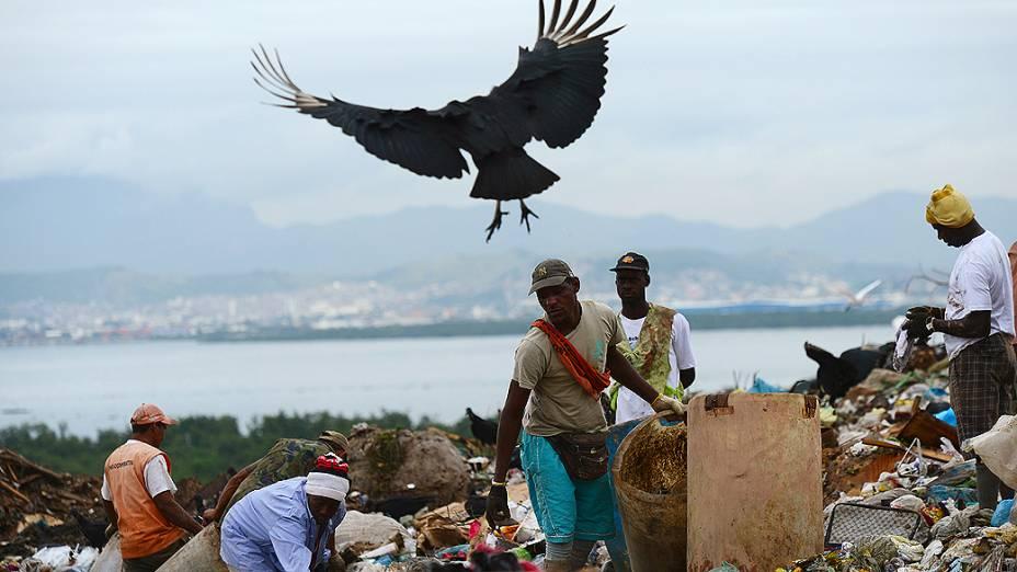 Desativação do aterro sanitário de Gramacho, catadores no lixão; porcos, urubus e lixo se misturam aos catadores de materiais recicláveis