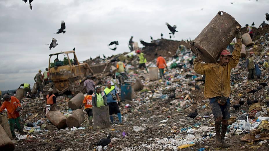 Catadores no lixão de Gramacho; porcos, urubus e lixo se misturam aos catadores de materiais recicláveis