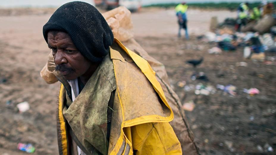 Catador de materiais recicláveis, no lixão de Gramacho, no Rio de Janeiro. Prefeitura deve indenizar 1.719 catadores
