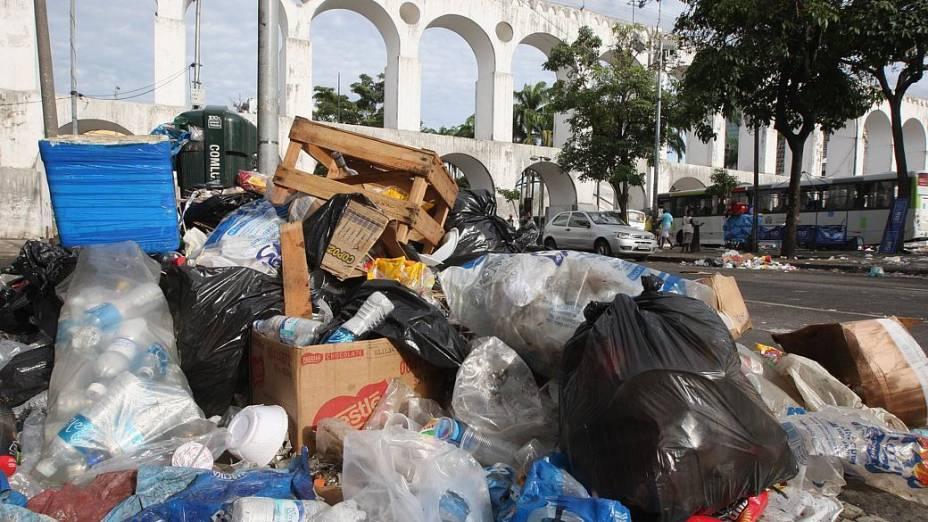 Lixo acumulado na Lapa, no Centro do Rio de Janeiro