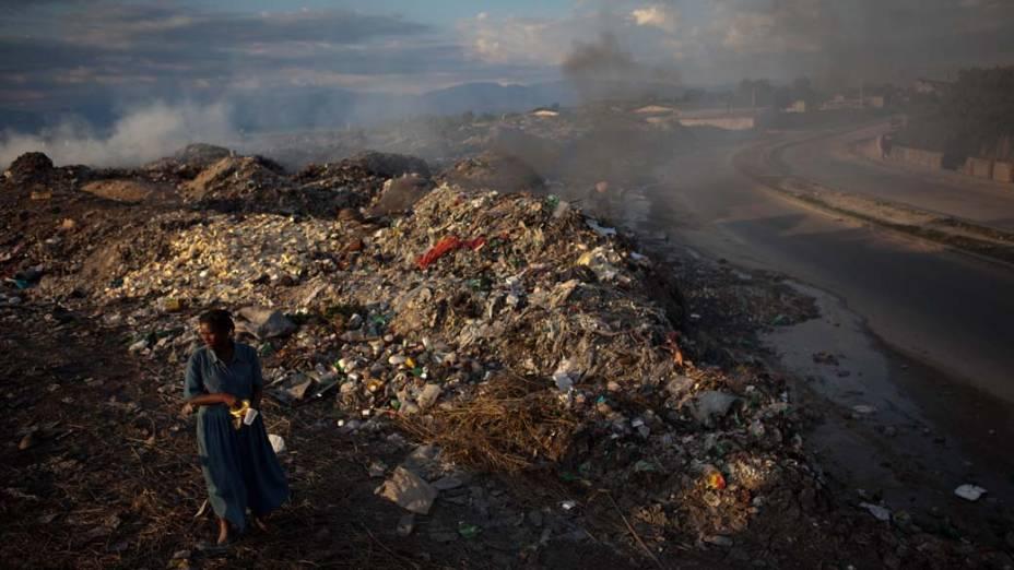 Mulher no lixão em Porto Príncipe, Haiti