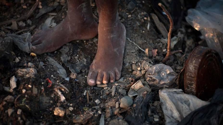 Criança no lixão em Porto Príncipe, Haiti