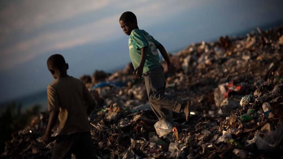 Crianças no lixão em Porto Príncipe, Haiti
