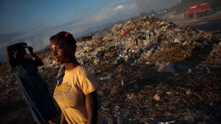 Matine Izatile, 15 anos, no lixão em Porto Príncipe, Haiti