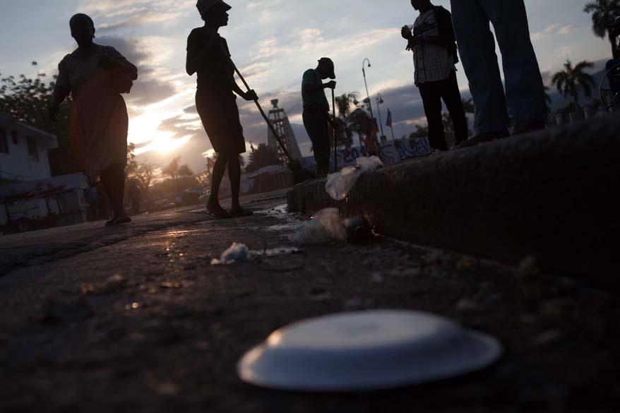 Trabalhadores limpam as ruas em frente ao Palácio Nacional do Haiti em Porto Príncipe