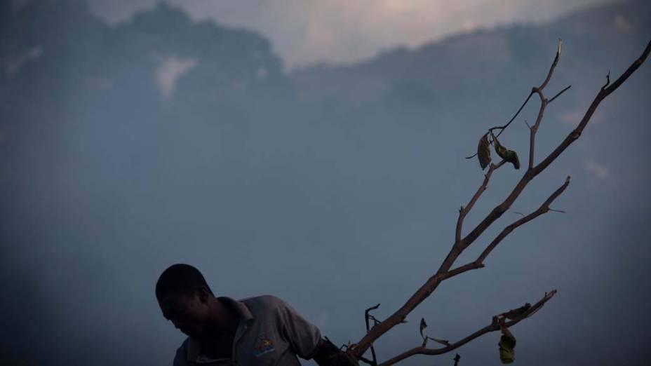 Em Porto Príncipe, homem recolhe materiais no lixão para revender