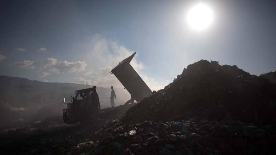 Caminhão despeja escombros do terremoto em lixão, Haiti